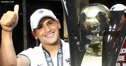 Contrary to popular belief, Humberto Suazo is not part of the CCL trophy. (photo: ferplei.com)