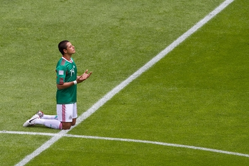 Chicharito prays for the smiting of enemies and a consistent strike partner. (photo: fiatme.wordpress.com)