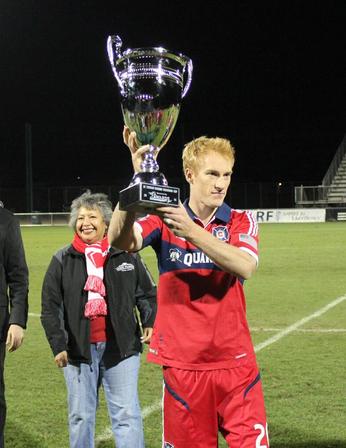 Now captain Jeff Larentowicz hoists the 2014 Desert Diamond Cup (photo: @ChicagoFire)