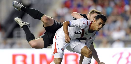 In fairness, Kevin Doyle doesn't try too hard to avoid the elbows of his opponents. (Photo: nacion.com)