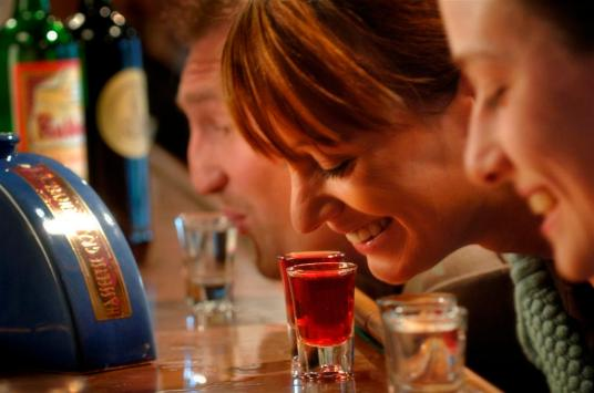 Jenever also entails an interesting drinking tradition (Photo: desmaakvandekeyser.anaxis.be)
