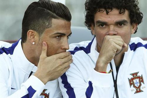 "Ronaldo: ""Hey, let's just go back to Madrid."" Pepe: ""I wish...""(Photo: cristiano-cr7.tumblr.com)"