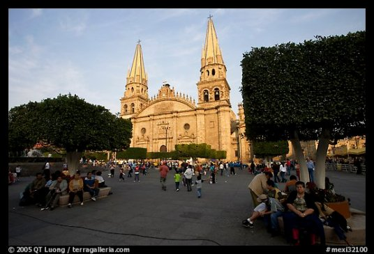 The cathedral viewed from the plaza. (terragalleria.com/north-america/mexico/guadalajara/picture.mexi32100.html)